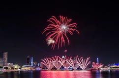 Fuego artificial del ` s del día nacional de Singapur Fotos de archivo