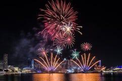 Fuego artificial del ` s del día nacional de Singapur Foto de archivo