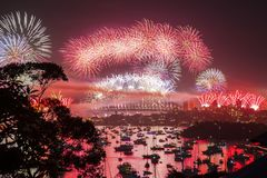Fuego artificial del ` s Eve del Año Nuevo Fotos de archivo libres de regalías