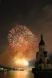 Fuego artificial e iglesia en el río Imágenes de archivo libres de regalías