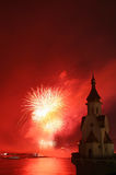 Fuego artificial e iglesia en el río Fotos de archivo libres de regalías