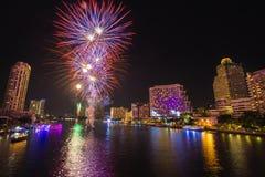 Fuego artificial en Chao Phraya River en el partido 2016 de la celebración de la cuenta descendiente Fotos de archivo libres de regalías