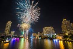Fuego artificial en Chao Phraya River en el partido 2016 de la celebración de la cuenta descendiente Imagen de archivo libre de regalías