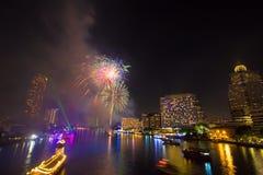 Fuego artificial en Chao Phraya River en el partido 2016 de la celebración de la cuenta descendiente Foto de archivo libre de regalías