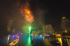 Fuego artificial en Chao Phraya River en el partido 2016 de la celebración de la cuenta descendiente Fotografía de archivo libre de regalías
