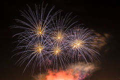 Fuego artificial en el cielo nocturno Foto de archivo libre de regalías