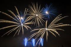 Fuego artificial en el cielo nocturno Imagen de archivo