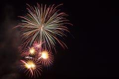 Fuego artificial en el cielo nocturno Imágenes de archivo libres de regalías