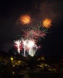 Fuego artificial en el cielo nocturno Fotos de archivo libres de regalías