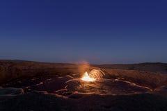 Fuego artificial en el volcán de la cerveza inglesa de Erta Imágenes de archivo libres de regalías
