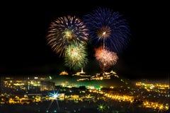 Fuego artificial en festival de la noche imagenes de archivo