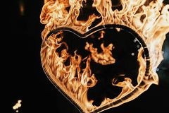 fuego artificial en forma de corazón en el fondo negro, demostración del fuego en noche H Imágenes de archivo libres de regalías