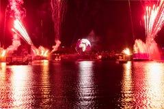 Fuego artificial en reflexiones de las iluminaciones de la tierra en Epcot en Walt Disney World Resort 7 imagenes de archivo