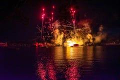Fuego artificial en reflexiones de las iluminaciones de la tierra en Epcot en Walt Disney World Resort 10 foto de archivo