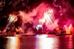Fuego artificial en reflexiones de las iluminaciones de la tierra en Epcot en Walt Disney World Resort 2 imagen de archivo