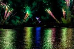 Fuego artificial en reflexiones de las iluminaciones de la tierra en Epcot en Walt Disney World Resort 8 imagenes de archivo