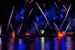 Fuego artificial en reflexiones de las iluminaciones de la tierra en Epcot en Walt Disney World Resort 13 imágenes de archivo libres de regalías