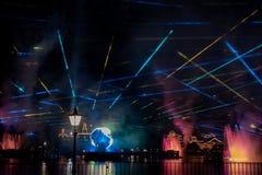 Fuego artificial en reflexiones de las iluminaciones de la tierra en Epcot en Walt Disney World Resort 7 fotos de archivo