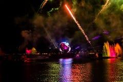Fuego artificial en reflexiones de las iluminaciones de la tierra en Epcot en Walt Disney World Resort 12 fotos de archivo libres de regalías