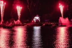 Fuego artificial en reflexiones de las iluminaciones de la tierra en Epcot en Walt Disney World Resort 6 imagen de archivo