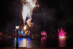 Fuego artificial en reflexiones de las iluminaciones de la tierra en Epcot en Walt Disney World Resort 11 fotografía de archivo libre de regalías