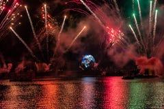 Fuego artificial en reflexiones de las iluminaciones de la tierra en Epcot en Walt Disney World Resort 3 fotografía de archivo