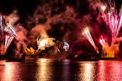 Fuego artificial en reflexiones de las iluminaciones de la tierra en Epcot en Walt Disney World Resort 9 fotos de archivo