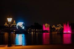 Fuego artificial en reflexiones de las iluminaciones de la tierra en Epcot en Walt Disney World Resort 2 fotos de archivo
