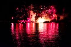Fuego artificial en reflexiones de las iluminaciones de la tierra en Epcot en Walt Disney World Resort 2 fotos de archivo libres de regalías