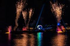 Fuego artificial en reflexiones de las iluminaciones de la tierra en Epcot en Walt Disney World Resort 5 fotografía de archivo libre de regalías