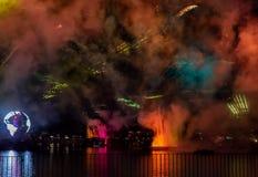 Fuego artificial en reflexiones de las iluminaciones de la tierra en Epcot en Walt Disney World Resort 4 foto de archivo