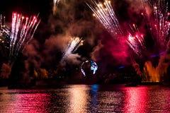 Fuego artificial en reflexiones de las iluminaciones de la tierra en Epcot en Walt Disney World Resort 3 imagenes de archivo