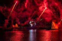 Fuego artificial en reflexiones de las iluminaciones de la tierra en Epcot en Walt Disney World Resort 1 imagen de archivo libre de regalías
