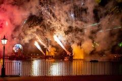 Fuego artificial en reflexiones de las iluminaciones de la tierra en Epcot en Walt Disney World Resort 11 fotos de archivo libres de regalías