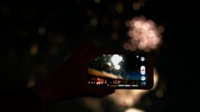 Fuego artificial, público, smartphones y tabletas almacen de video