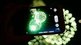 Fuego artificial, público, smartphones y tabletas almacen de metraje de vídeo