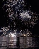 Fuego artificial por el mar en Marina di Massa foto de archivo libre de regalías