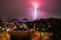 Fuego artificial sobre el edificio árabe en el mar de Tokio Disney Imagen de archivo libre de regalías