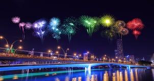 Fuego artificial sobre el puente del jubileo, Singapur Foto de archivo libre de regalías