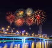 Fuego artificial sobre el puente del jubileo, Singapur Fotografía de archivo libre de regalías