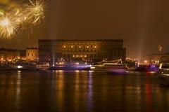 Fuego artificial sueco de los Años Nuevos del palacio real Fotografía de archivo