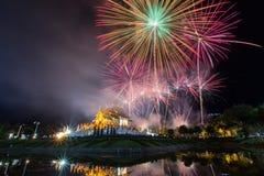Fuego artificial y templo coloridos con la reflexión del agua Imagen de archivo libre de regalías
