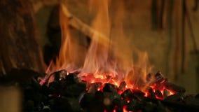 Fuego brillantemente ardiendo en la herrería almacen de video