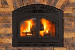 Fuego caliente del invierno con madera, las llamas, la ceniza, las ascuas y el carbón de leña Imagenes de archivo
