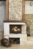 Fuego caliente en chimenea Foto de archivo libre de regalías