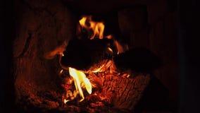 Fuego caliente en la leña seca en horno del ladrillo metrajes