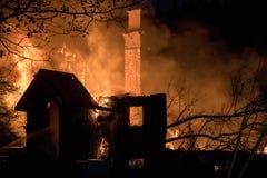 Fuego completamente engullido de la casa Soporte de la chimenea en el centro de la ruina fotos de archivo libres de regalías