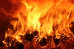 fuego con la madera en el horno Foto de archivo