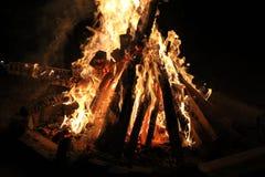fuego con madera Imagen de archivo libre de regalías