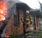 Fuego contra casa Imagenes de archivo